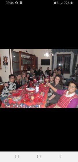Natale la serenità della famiglia intorno a tavolo